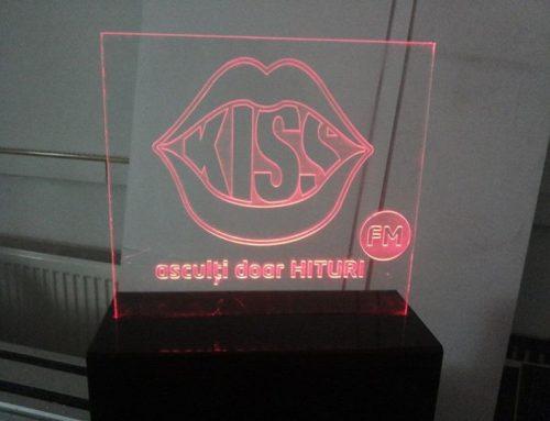 Logo gravat in plexiglass 10mm, iluminare LED in cant, KISS FM