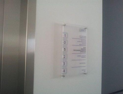 Indicator etaj cu lista departamente, plexiglass cu sisteme de fixare cromate, DMT